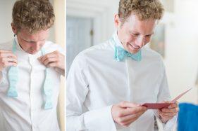 Bräutigam bindet seine Fliege.