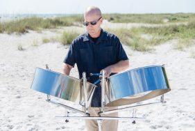 Mann spielt Steel Drums auf Anna-Maria-Island.