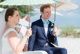 Glückliches Brautpaar bei Trauzeremonie am Strand auf Anna-Maria-Island.