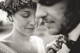 Braut schließt die Augen, Bräutigam unscharf im Vordergrund