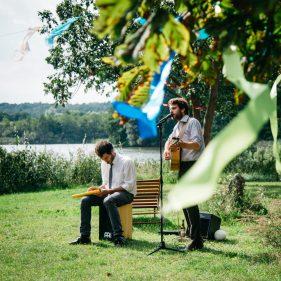 Musiker auf einer Wiese am Kulturgut Wrechen.