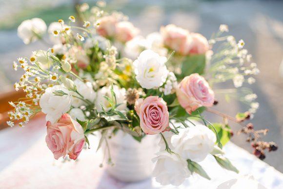 Brautstrauß in Vase, im Abendlicht.