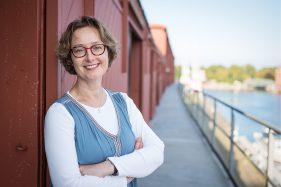 lächelnde Geschäftsfrau vor den Mediadocks in Lübeck