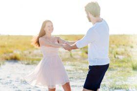 verliebtes Paar tanzt in den Dünen.