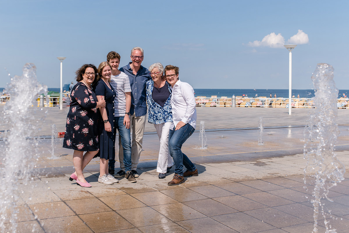 Familienshooting-Travemuende-Familienfotos-Promenade