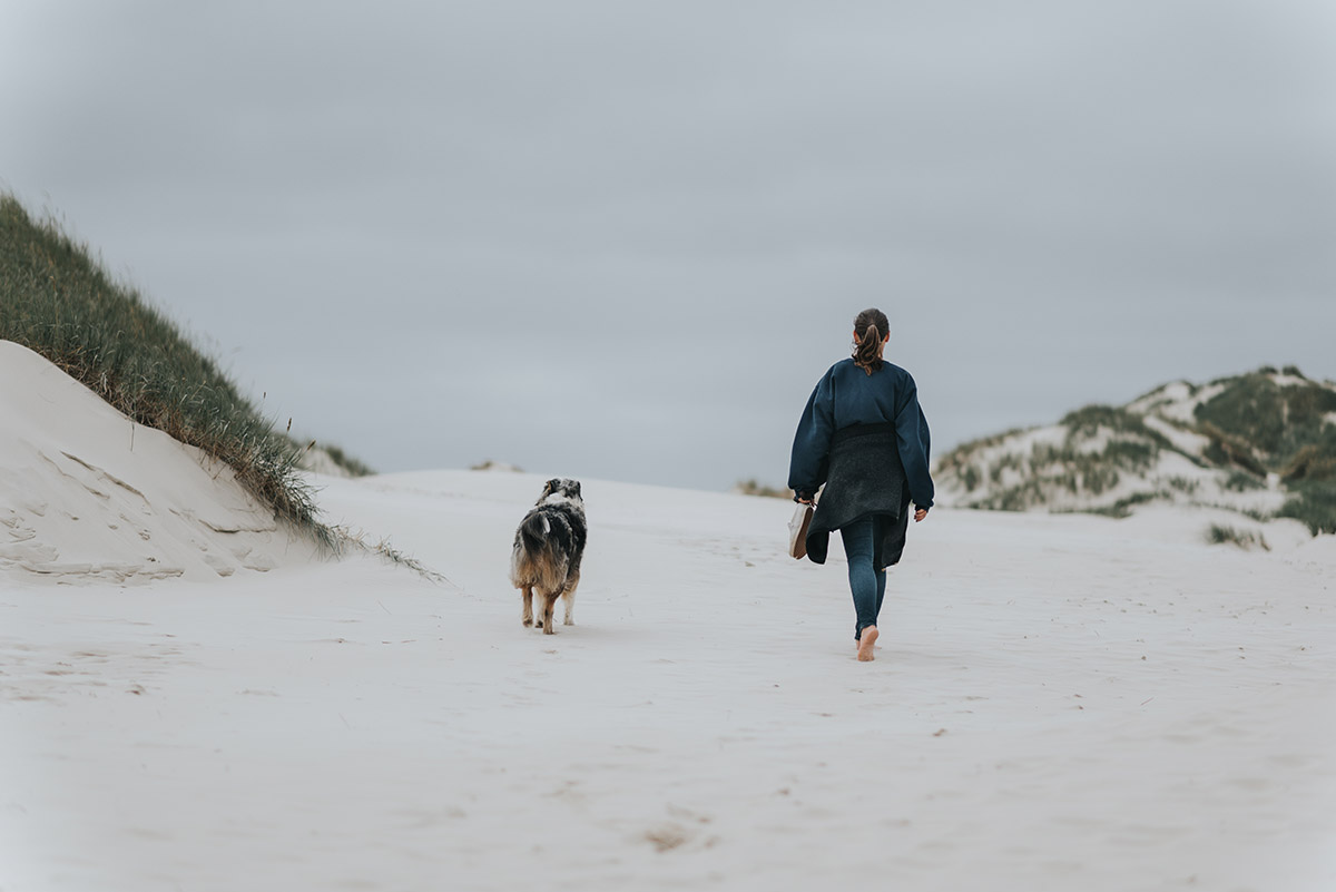 Filitz-Fotografie-Portrait-junge-frau-amrum-duene-mit-hund