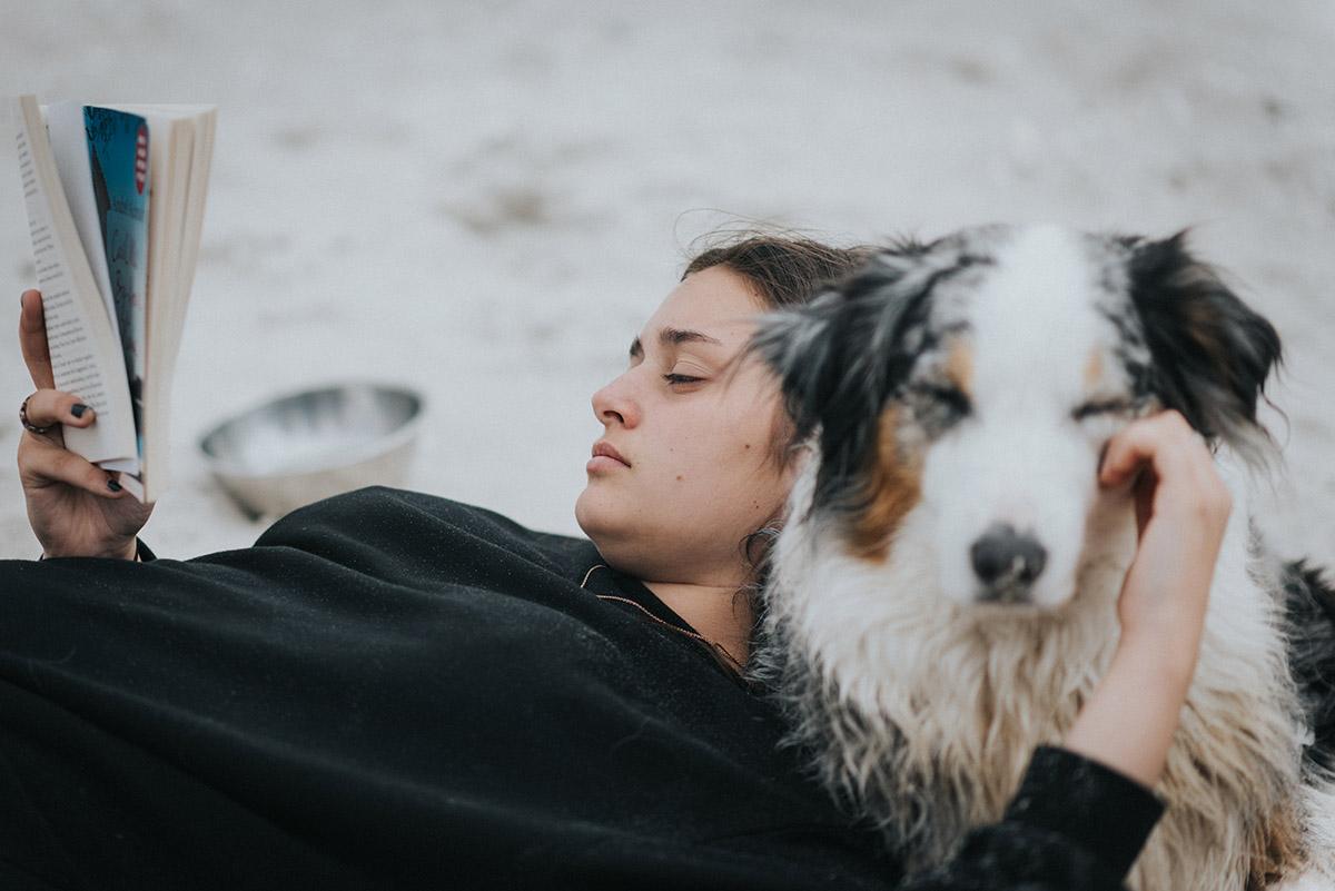 Filitz-Fotografie-Portrait-junge-frau-amrum-mit-hund