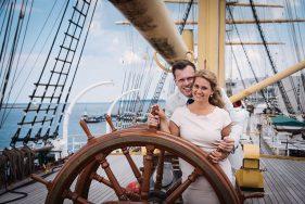 Filitz-Fotografie Hochzeit Travemuende Priwall Paar am Steuerrad der Passat
