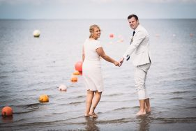 Filitz-Fotografie Hochzeit Travemuende Priwall barfuss im Wasser