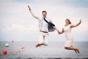 Filitz-Fotografie Hochzeit Travemuende Priwall Paar springt
